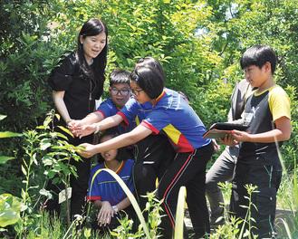 マレーシアの児童、教員に果樹園を案内