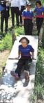 森に設置された滑り台で遊ぶマレーシアの児童