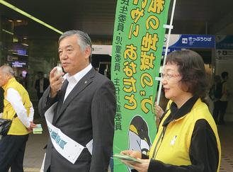 駅でPRする阿部市長と伊藤会長(右)