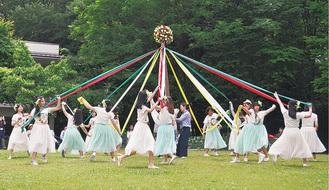 華やかなメイポールダンスも披露された