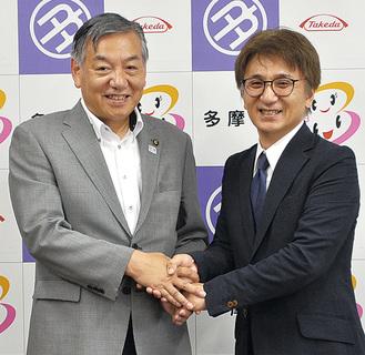 阿部市長と握手を交わす岩下氏