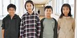 (左から)発表した板橋龍平くん、中澤和花さん、苗木を寄贈した日吉央士くん、村山穂果さん