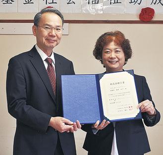 丸紅基金の江川事務局長(左)と篠崎理事長