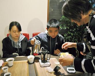 コーヒーの淹れ方を体験した参加者