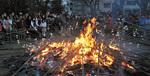 二反田公園では、中組自治会が用意したまゆ玉団子を焼いて食した