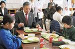 ▶児童と一緒に給食を食べる阿部市長