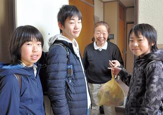寺前さん宅でごみを受け取る(左から)谷澤くん、新谷くん、廣田くん