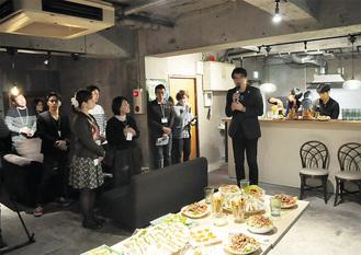 挨拶をするコーディネーターの林田氏。出席者でオープンを祝った