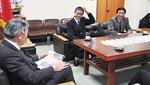 市長の質問に笑顔で答える松室主将と永田監督