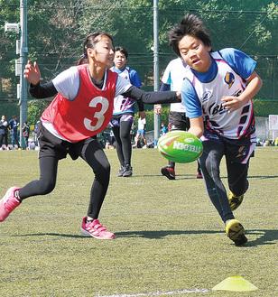 楕円球を追いかけ、元気に駆け回る選手たち