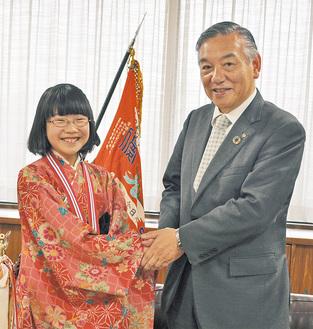 市長と握手を交わす矢島さん
