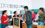 サラエボの子どもたちに鐘を説明