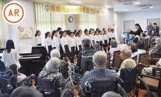 合唱を披露する児童たち