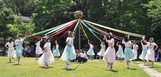 伝統のメイポールダンスも披露された