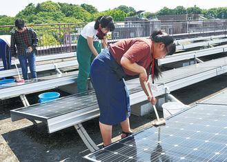 太陽光パネルの清掃を体験