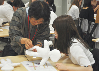 作り方を教わる学生たち
