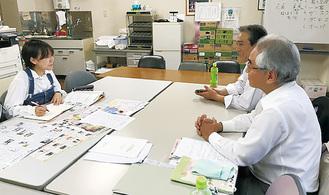 取材を受ける中央商店会の平前会長(手前)と飯島会長