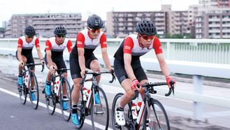 トップレーサーたちが多摩市内を走り抜ける=市提供