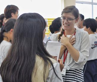 留学生とコミュニケーションをとる中学生