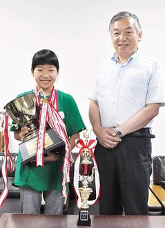 トロフィーを持って阿部市長に優勝を報告