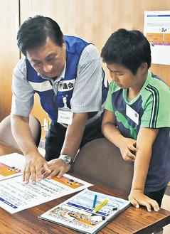 議員のヒントをもとにクイズに挑戦する児童