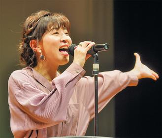 『カントリー・ロード』などを披露した本名陽子さん