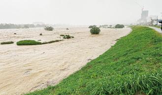 増水した多摩川のようす(12日午後4時頃)=赤枝医院提供