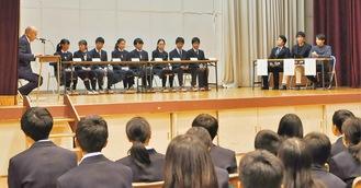 (右から)伊沢氏、須貝氏、安河内氏と座談会を行う生徒たち