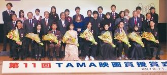登壇した受賞者で記念撮影が行われた
