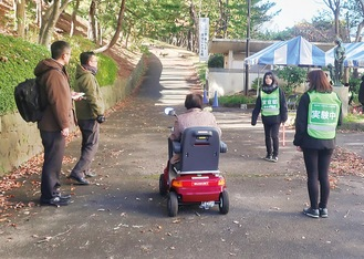 電動車いすに試乗する参加者