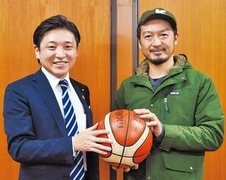 バスケ連盟の岸孝司理事長(右)と松田大輔会長