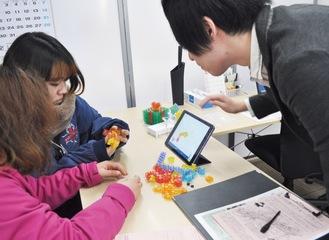 「鈴木塾」では、参加者がロボットプログラミングや海外とのオンライン英会話を体験した