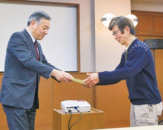阿部市長から合格証が手渡された