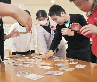 「なみえっ子カルタ」で遊ぶ両校の児童