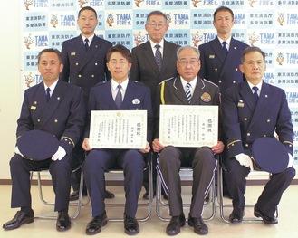 感謝状を手にする多摩中央警察署の村上巡査(前列中央左)と警備会社の西村さん