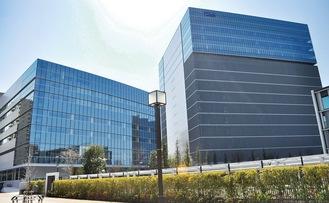 左側が今回オープンした「LINK FOREST」。右側は4月に竣工予定のKDDI(株)の通信センター