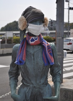 帽子やマスク、マフラーを身につけた『Jill』=4月17日撮影
