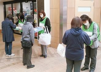 2日間、永山駅前で手作りマスク250枚を配布した