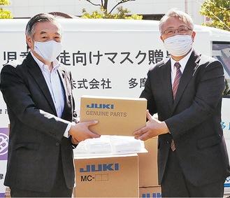 清原社長(右)から阿部市長にマスクが手渡された