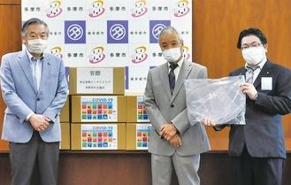 阿部市長に寄贈する小早川会長(中央)と大島理事長