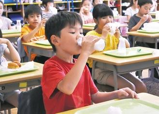 ビン牛乳を味わう児童=写真は東寺方小学校