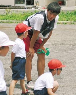 体育の授業で子どもと触れ合う日向さん