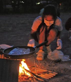 火を起こし、フライパンで炊飯に挑戦