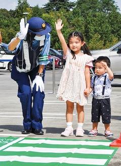 横断歩行を教わる子どもたち