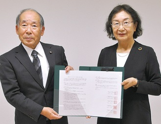 多摩市社協の伊藤会長(右)と町田市社協の小野敏明会長