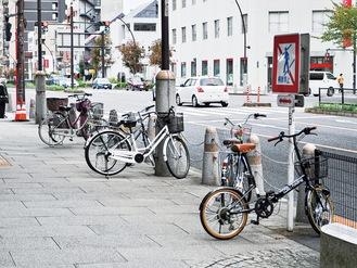 聖蹟桜ヶ丘駅前の禁止区域に置かれた放置自転車