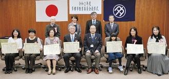 表彰状を手にする受賞者と教育長、教育委員で記念撮影