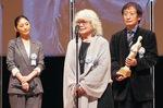 (左から)最優秀作品賞に選ばれた『海辺の映画館―キネマの玉手箱』に出演した常盤貴子さん、大林恭子プロデューサー、奥山和由プロデューサー