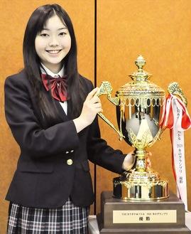 巨大な優勝カップを手に喜ぶ佐久間さん