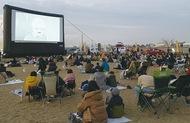 野外映画祭に600人
